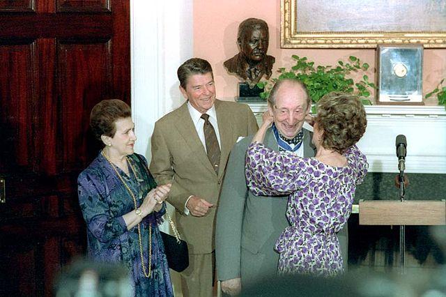 640px-Reagans_present_Vladimir_Horowitz_with_PMOF