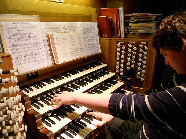Typical modern organ console 640px-Yoke